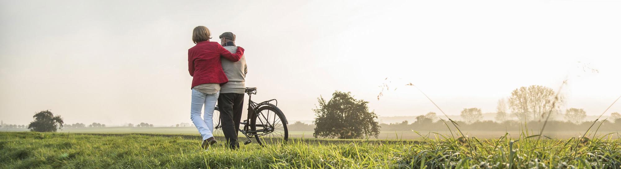 lterer Mann und seine Tochter mit dem Fahrrad